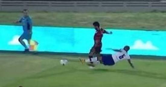 Após entrada violenta, jogador do Campinense sofre fratura em dois ossos da perna