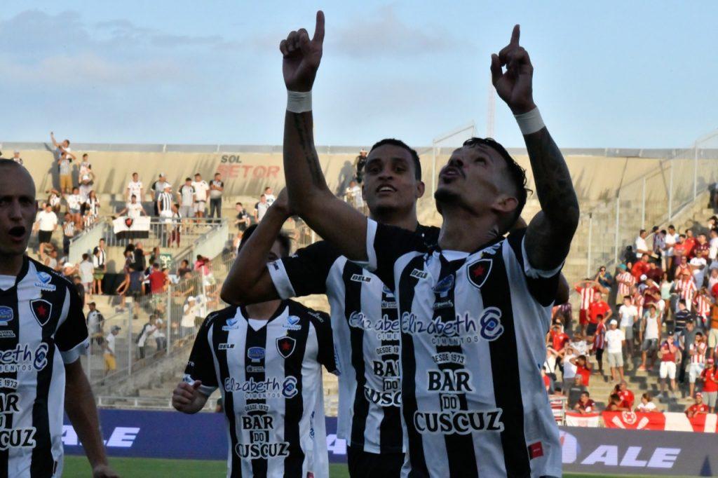 Paraíba Online • Com Léo Moura em campo, Botafogo-PB sofre, mas vence Náutico pela Copa do Nordeste
